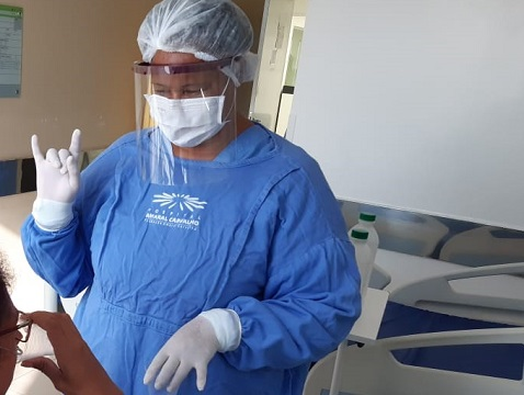Profissionais do Hospital Universitário utilizam faceshields produzidas pela UFSCar