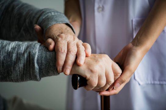 Estudo analisa como cuidadores equilibram-se entre família e trabalho (Foto: Freepik)