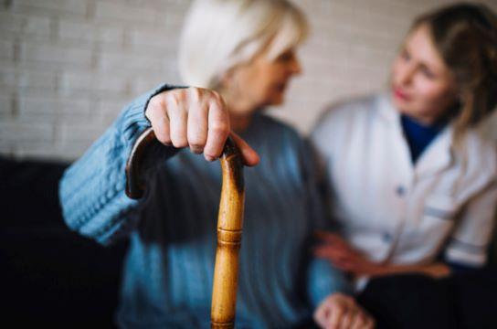 Deficiência de vitamina D é fator de risco para incapacidade funcional em idosos (Foto: Freepik)