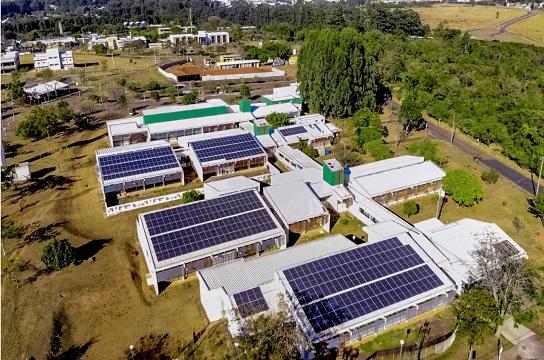 Placas fotovoltaicas na Unidade Saúde Escola da UFSCar (Foto: K2 Drones)