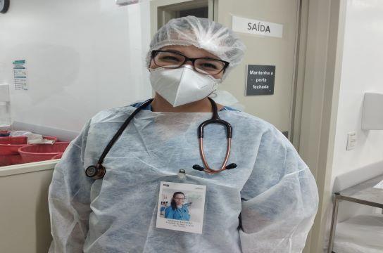 Profissional do HU paramentada e utilizando o crachá humanizado (Foto: HU-UFSCar)