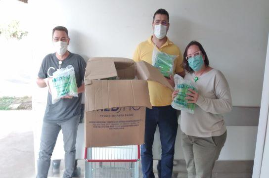 Presidente da APCD entrega escovas para equipe do HU (Foto: HU-UFSCar)